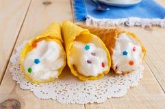 Свеже waffles меда переплели в конус с нежной сливк Стоковые Фотографии RF