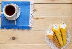 Свеже waffles меда переплели в конус Стоковые Изображения