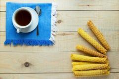 Свеже waffles меда свернули вверх в трубки Стоковое Изображение