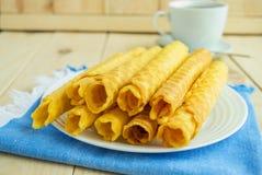 Свеже waffles меда свернули вверх в трубки Стоковое Фото