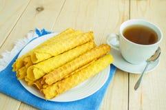 Свеже waffles меда свернули вверх в трубки Стоковая Фотография