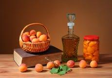 Свежие абрикосы и компот в опарнике Стоковые Фотографии RF