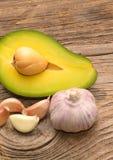 Свежие авокадо и чеснок стоковая фотография