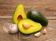 Свежие авокадо и чеснок стоковая фотография rf