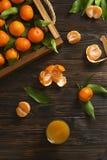 Свежие апельсины tangerine на деревянном столе закрепляя включенный слезли путь мандарина, котор Половины, куски и весь крупный п Стоковое Изображение