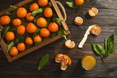 Свежие апельсины tangerine на деревянном столе закрепляя включенный слезли путь мандарина, котор Половины, куски и весь крупный п Стоковая Фотография