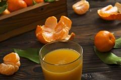 Свежие апельсины tangerine на деревянном столе закрепляя включенный слезли путь мандарина, котор Половины, куски и весь крупный п Стоковая Фотография RF
