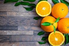 Свежие апельсин и листья на деревянной предпосылке Взгляд сверху с экземпляром стоковые фотографии rf