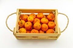 Свежие апельсины в деревянной коробке на белой предпосылке Стоковое Фото