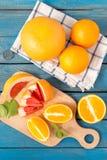 Свежие апельсины и грейпфрут на деревянной предпосылке Стоковые Фотографии RF