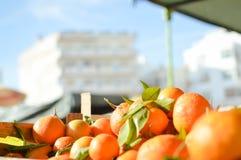 Свежие апельсины на рынке в деревянной коробке Стоковые Изображения