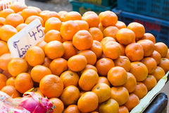Свежие апельсины на рынке Стоковые Изображения