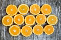 Свежие апельсины cuted в половине на деревянной предпосылке Стоковые Фото