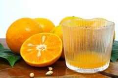 Свежие апельсин и сок в стекле Стоковое Изображение