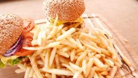 Свежие аппетитные гамбургеры с зажаренные картошки сток-видео
