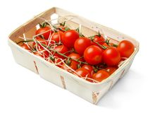 Свежие аппетитные томаты вишни в деревянной корзине r Верхний взгляд со стороны стоковое фото rf