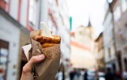 Свежие аппетитные Trdlo или Trdelnik - традиционный национальный чех стоковое фото rf