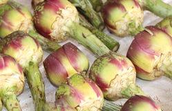 Свежие артишоки и подготовленный для продажи в плодоовощ и vegetabl стоковая фотография