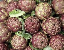 Свежие артишоки для продажи на vegetable рынке 4 Стоковая Фотография