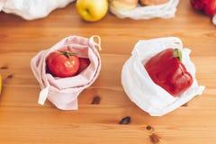 Свежие бакалеи в многоразовых сумках eco и овощи в пластиковой сумке полиэтилена на деревянном столе Пластмасса пользы запрета од стоковые фото