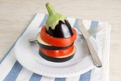 Свежие баклажан и томат на плите Стоковые Изображения