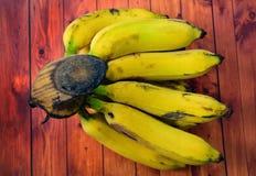 Свежие бананы, зрелые желтые бананы с деревянной предпосылкой стоковая фотография rf