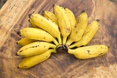 Свежие бананы на деревянной предпосылке Стоковое Изображение RF