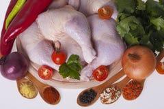 Свежие бедренные кости и drumsticks цыпленка на деревянной доске Стоковые Фото