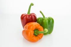 Свежие болгарские перцы апельсина, зеленых и красных, изолированные на белой предпосылке Свежие болгарские перцы апельсина, зелен Стоковое фото RF