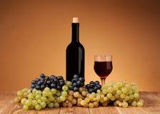 Свежие виноградины, бутылка и бокал вина Стоковые Фотографии RF