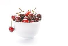 Свежие вишни в белом шаре Вишни изолированные на белой предпосылке Стоковые Фото