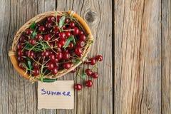 Свежие вишни в корзине с летом бирки и текста Стоковое Изображение RF