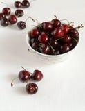 Свежие вишни в салфетке шара и кухни Стоковое Изображение RF