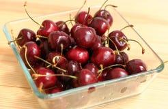 Свежие вишни в шаре на таблице Стоковые Изображения RF