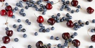 Свежие вишни и blueberryon ткань от льна, Стоковые Изображения