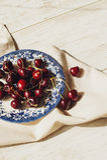 Свежие вишни на блюде на таблице Стоковое Фото