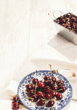 Свежие вишни на блюде на таблице Стоковые Фотографии RF
