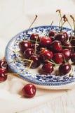 Свежие вишни на блюде на таблице Стоковые Изображения