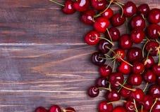 Свежие вишни на деревянной предпосылке Стоковые Фотографии RF