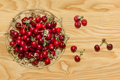 Свежие вишни на деревянной предпосылке Стоковое Фото