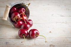 Свежие вишни на деревянной предпосылке Стоковое Изображение RF