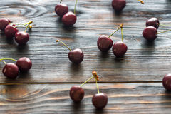Свежие вишни на деревянной предпосылке Стоковое Изображение
