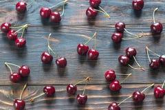 Свежие вишни на деревянной предпосылке Стоковая Фотография