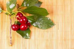 Свежие вишни на деревянной таблице Стоковые Изображения