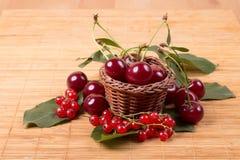 Свежие вишни на деревянной таблице Стоковое фото RF