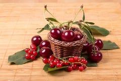Свежие вишни на деревянной таблице Стоковая Фотография RF