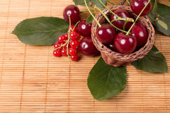 Свежие вишни на деревянной таблице Стоковые Фотографии RF
