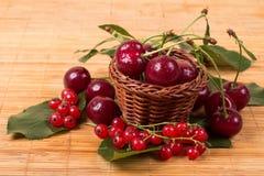 Свежие вишни на деревянной таблице Стоковая Фотография