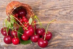 Свежие вишни на деревянной таблице Стоковое Изображение