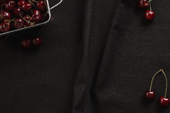 Свежие вишни на черной предпосылке Стоковая Фотография